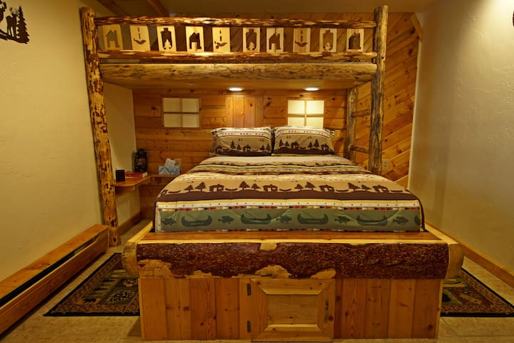 Cabin Room @ Indian Ridge Lodge 2 Beds, 4 Bunks