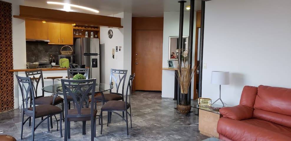 Entrance, kitchen, dinning table
