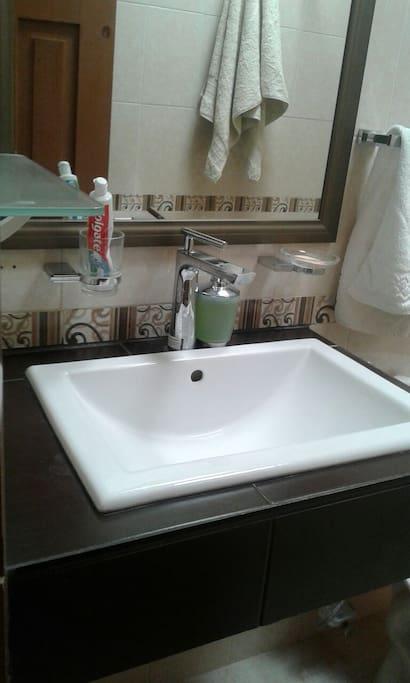 Baño compartido con otro cuarto de huespedes.
