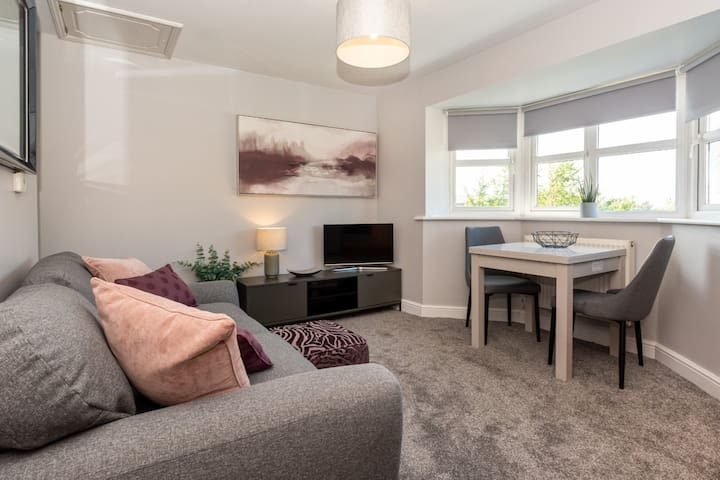 Compact Modern Apartment Single Person/Couple Only