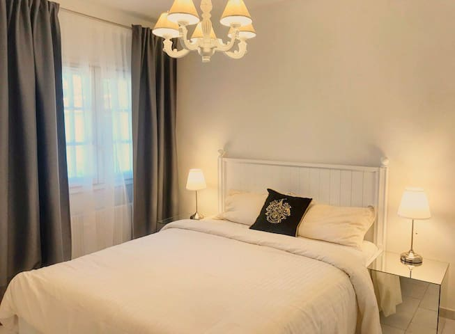 Chambre lumineuse avec lit queen size 160x200cm , placards