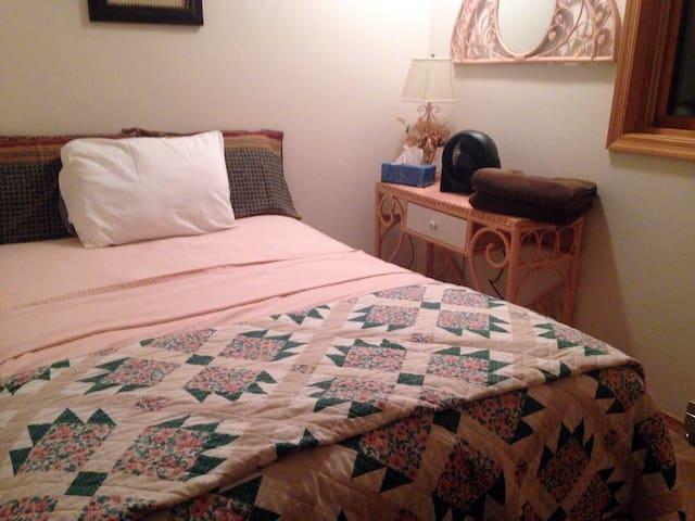 3rd bedroom upstairs (queen size)