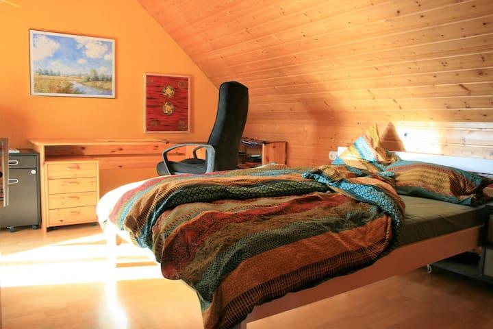 Gemütliche Zimmer im Dachgeschoss - Butzbach - Bed & Breakfast