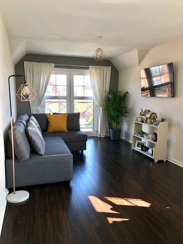 En-Suite Didsbury Room opposite Burnage Tr Station
