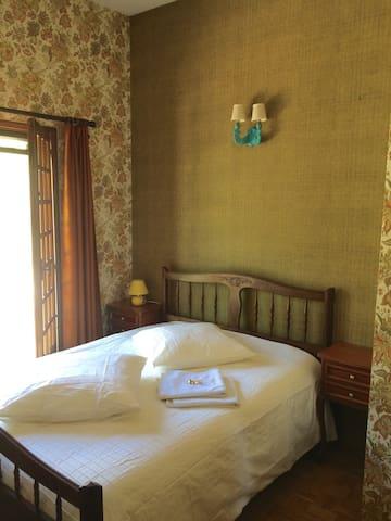 Chambre 4 - lit double, coiffeuse, armoire, balcon