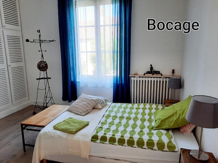 """Chambre typique chez hôtes atypiques : """" Bocage""""."""