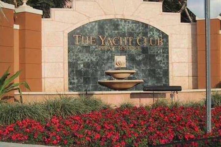 3 Bed/2 Bath Yacht club Aventura water view