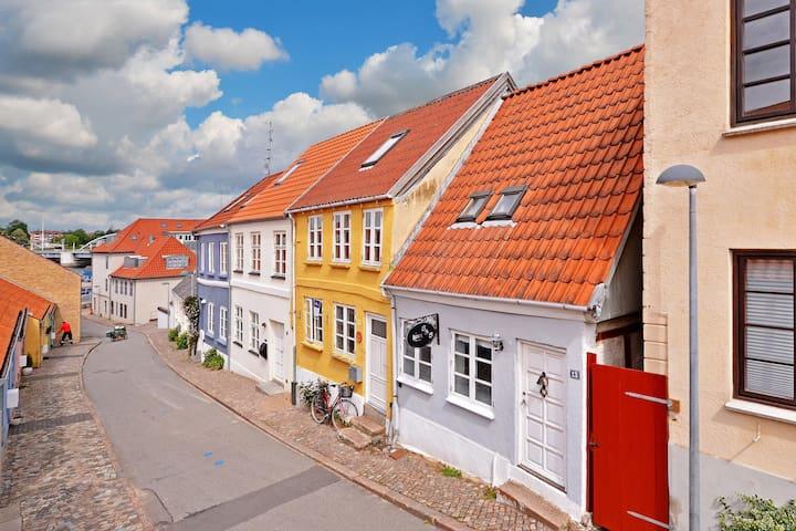 Yndigt byhus med tagterrasse.