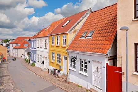 Yndigt byhus med tagterrasse. - Sønderborg