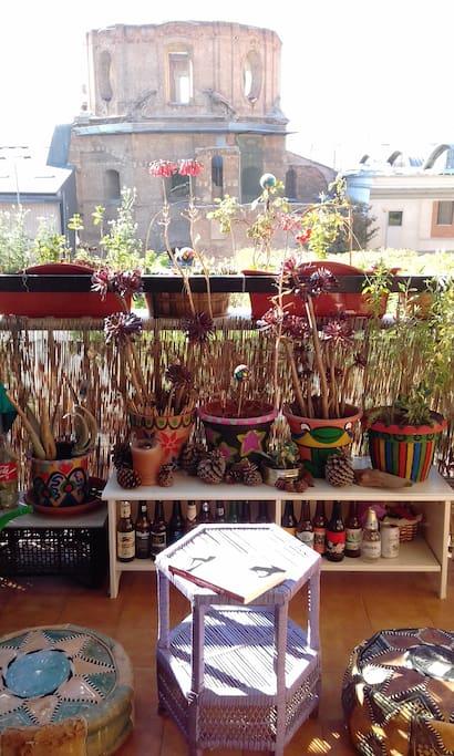 las plantitas en la terracita, con los pufs y mesita para sentarse