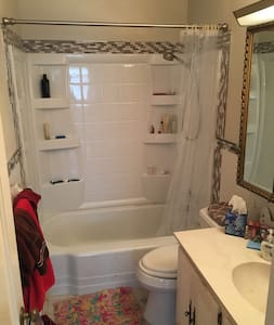 Cozy private room with parking - Falls Church - House