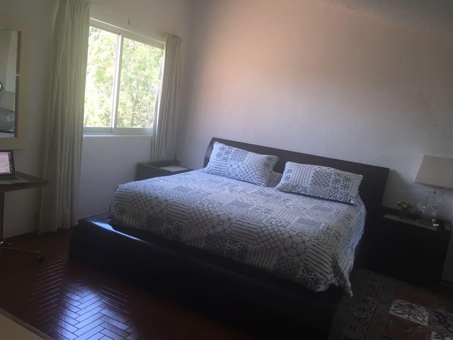 La habitación principal en un segundo piso. Amplia con una sala de t.v y vista del conjunto.