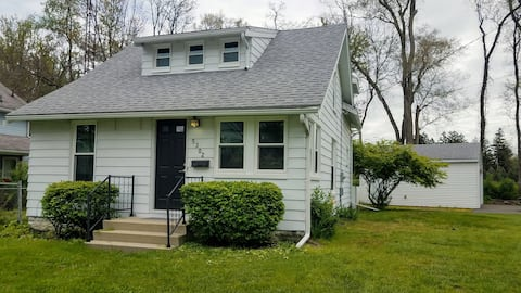 Cozy Charming House Walkable to Downtown Sylvania!