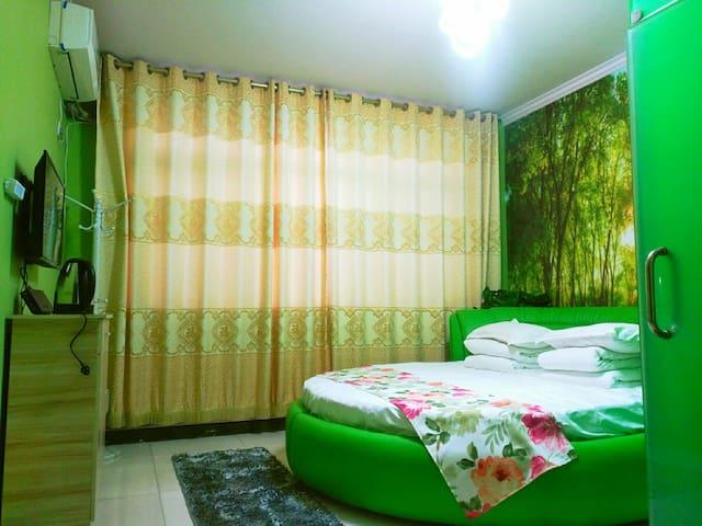 绿色洋桔梗圆床房