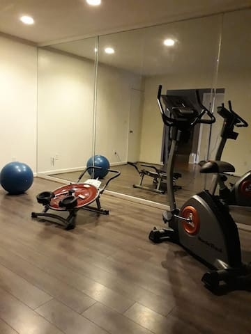 Cozy, fun, in home gym & library, mall close by!!