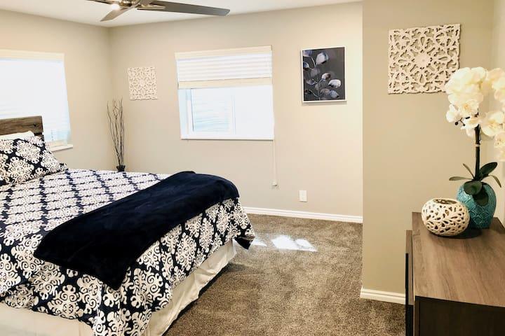 Master bedroom w/ comfy queen mattress