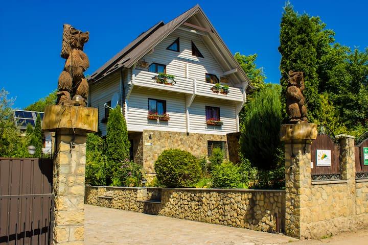 VEDMEDYCYA, house-hotel in Yaremche - Yaremcha - เซอร์วิสอพาร์ทเมนท์