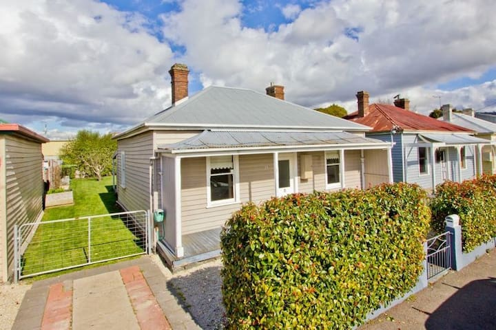 Gorgeous central cottage on very quiet one way street. Nice and private.