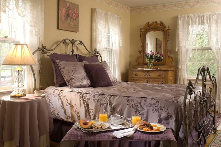 The Primrose Room - Colonial Gardens Bed & Breakfast