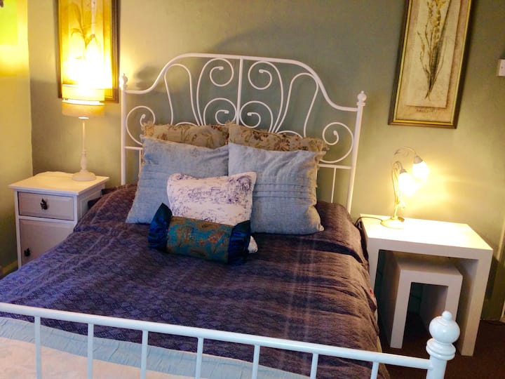 A Warm 5* Welcome Spotless Room with TV sleeps 1-3