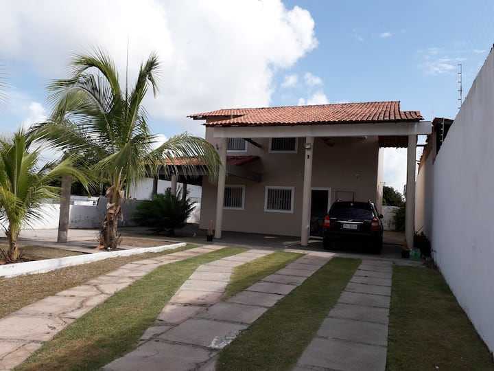 Casa com 3 suítes em área nobre acomoda 10 pessoas