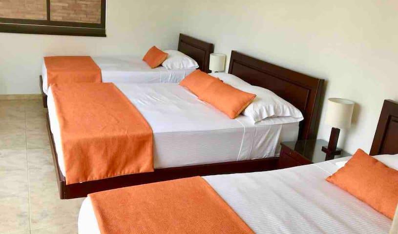Habitación con 2 camas sencillas y 1 doble, baño privado y TV / Room with 2 single beds and 1 double bed, private bathroom and TV