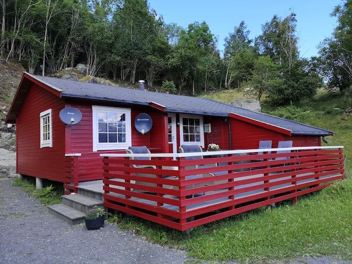 3. Haukanes Fjordhytter, hytte m/ båt på Varaldsøy