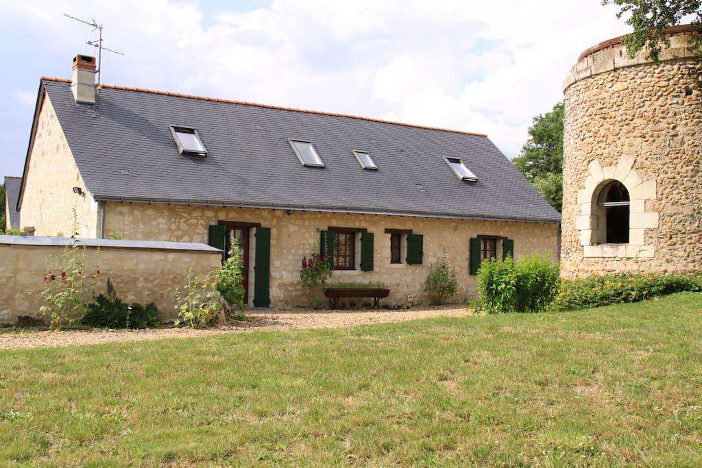 Un cottage en pierre dans un jardin privatif