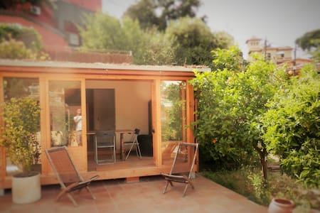 Stylish wooden cabin with large private patio - Sant Cugat del Vallès - Zomerhuis/Cottage