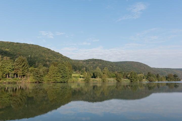 Gite privée rustique au milieu du bois et rivière