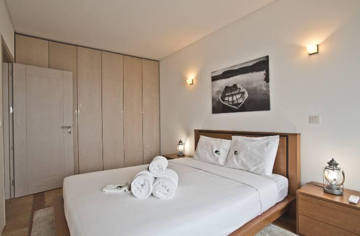 Chambre avec placards intégrés, balcon vue mer et coin petit déjeuner.