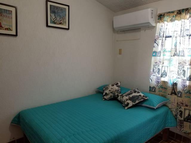 Habitación con cama Matrimonial y una cama individual. Aire acondicionado inverter. Cero ruidos. Con pequeño closet. Y cajones para ropa.