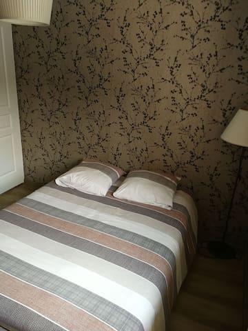 Chambre double No 2 côté lit