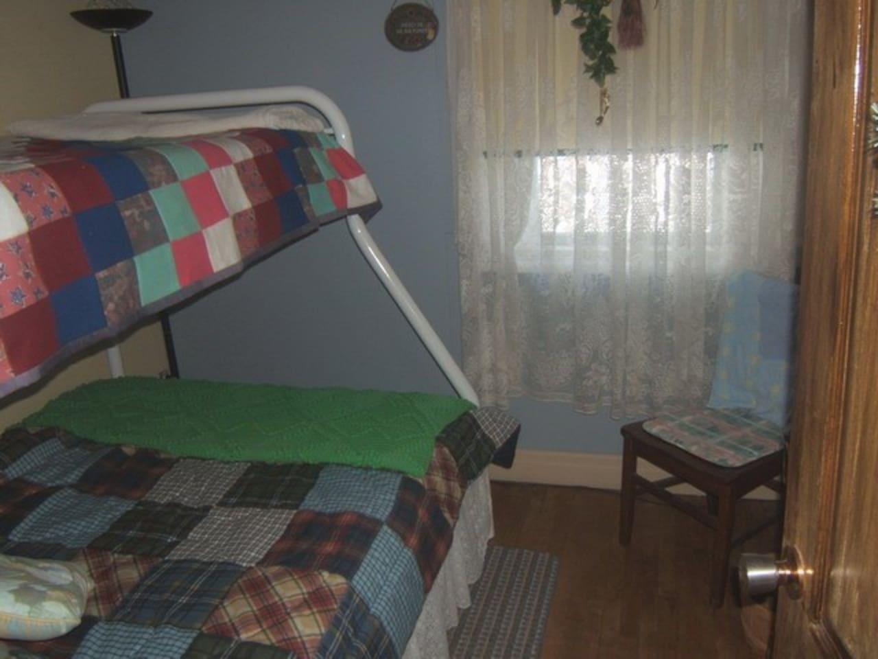 3 - Chambre, lit superposé (54 et 39 pouces)