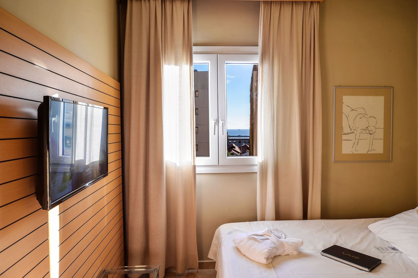 The Budget Single Room is ideal for the solo traveler who is looking for a short urban stay in downtown Thessaloniki as it provides direct access to the endless commercial and entertainment possibilities of the city.