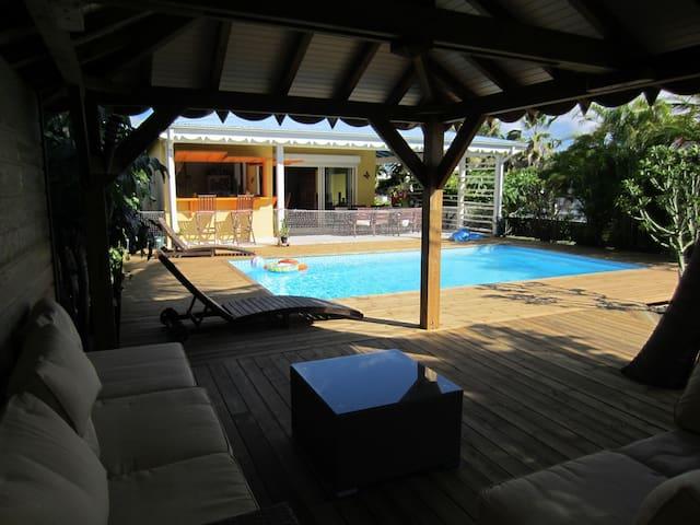 Carbet ventilé ! - Filets qui ferment la terrasse en option, pour réduire l'accès à la piscine pour les jeunes non nageurs!