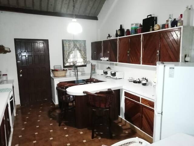 Cocina amplia con cubiertos e implemento de cocina ., asador y sus implemento