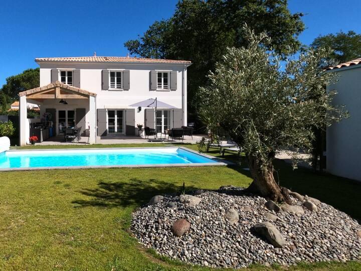 Spacieuse villa neuve avec piscine chauffée.