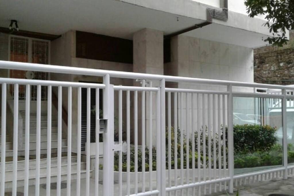 Entrada do prédio, com porteiro 24hs