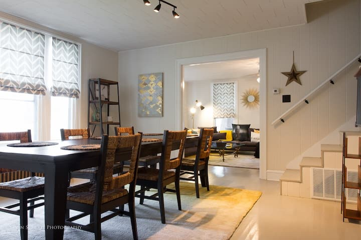 Maple Dealings -Spacious Downtown Gathering Dream