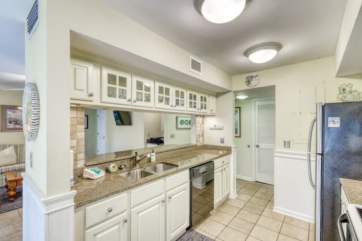 Waterfront family retreat with pond views - close to tennis and golf! Dogs okay!