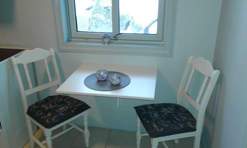 Koselig spiseplass i nytt kjøkken med vindu ut mot egen usjenert uteplass.