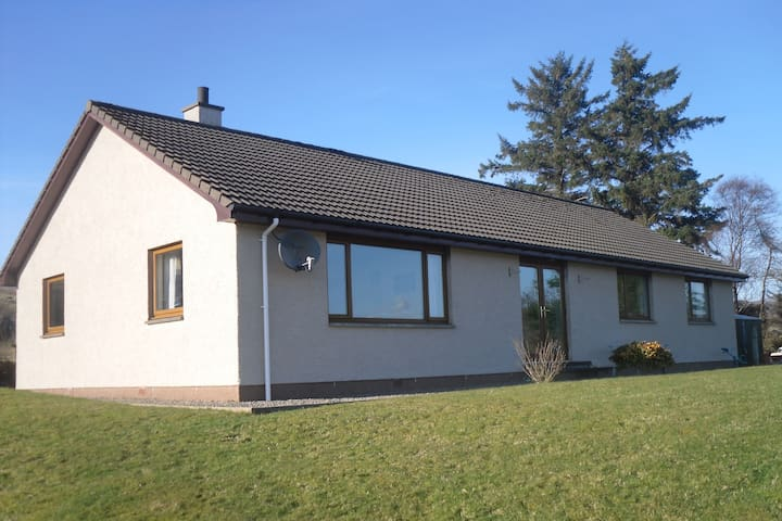 Uisge Mara - A bungalow on the shore of Lochcarron