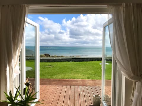 Ocean Studio- with stunning sea views and parking!