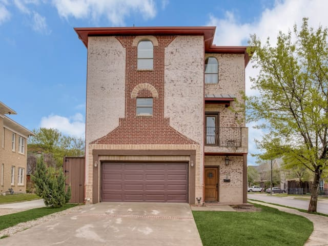 6 Bed Home DT Dallas Thurs/Sun FREE this weekend!