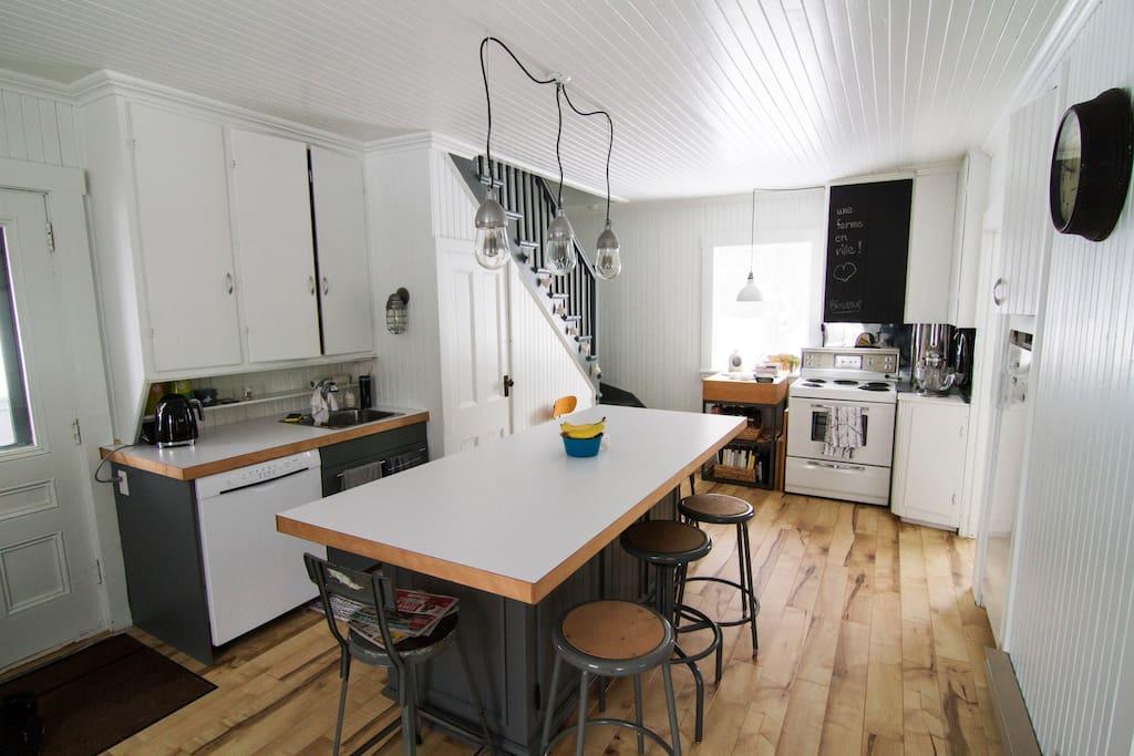 La cuisine est vaste, très bien équipée et fonctionnelle avec son grand îlot central.