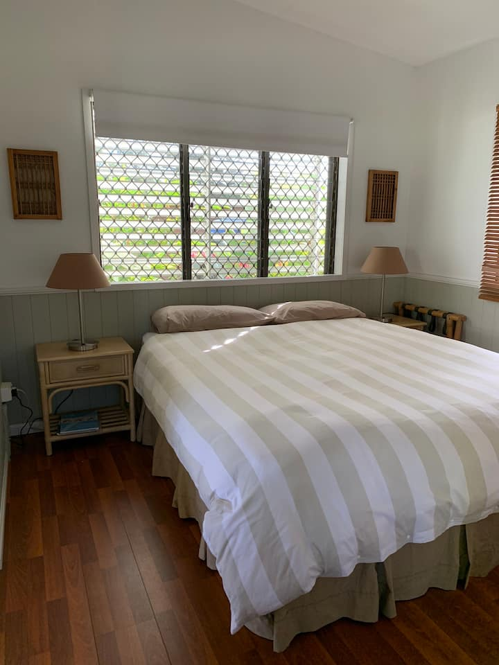 Comfy room, queen size bed, 1 km from city centre