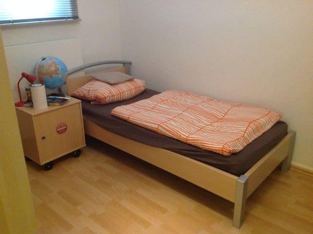 nettes kleines zimmer mit einem bett appartamenti in affitto a hannover niedersachsen germania. Black Bedroom Furniture Sets. Home Design Ideas