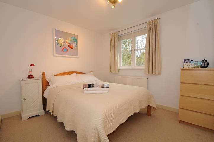 Spacious double in gated community - London - Apartment