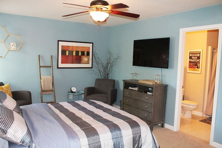 New room! Private bed/bath, 10 mins to downtown!